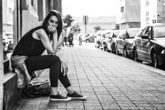 Aborder une fille dans la rue: les filles vous testent